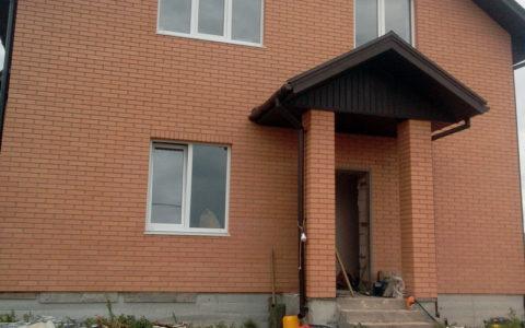 Пробуренная скважина возле фасада дома